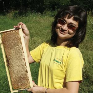 пчеларят Веселина Димитрова държи медена пита
